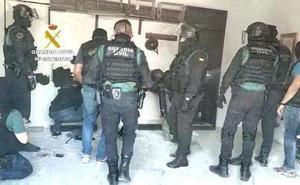 Intervenidas más de tres toneladas de hachís ocultas en un zulo dentro de un garaje de La Línea de la Concepción