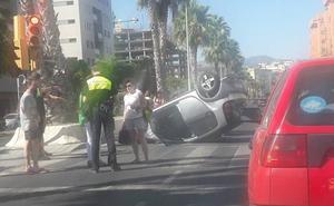 Vuelca un vehículo en el paseo marítimo de Málaga