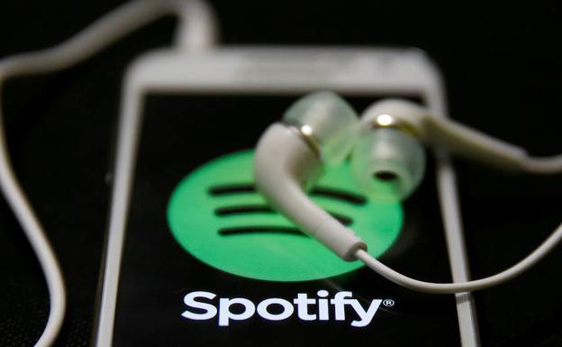 Auriculares sobre el logotipo de Spotify. /Reuters