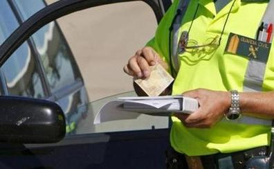 Las multas más sorprendentes que te pueden poner: por dar muestras de cariño a tu pareja, comer al volante o repostar arrancado
