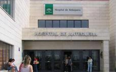 Intoxicadas por inhalación de humo dos mujeres en el incendio de una vivienda en Antequera