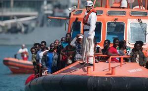Trasladan al puerto de Málaga a unas 130 personas rescatadas en tres pateras