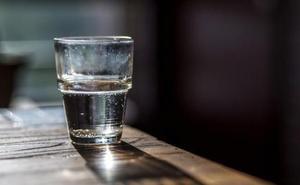 Así funciona el 'vaso de agua', el método para robar en verano a ancianas que viven solas