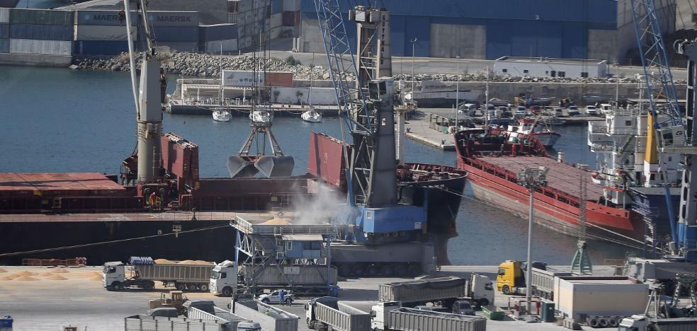 El Puerto de Málaga agota el espacio disponible para instalar nuevos silos de graneles