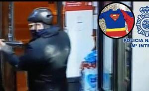 Detenido por atracar dos tiendas vestido de Superman y armado con una escopeta