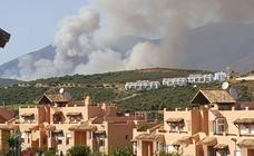 Un incendio en Casares obliga al desalojo de 12 viviendas y llega a la planta de residuos