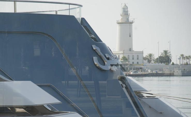 Gran expectación en el puerto de Málaga por la llegada del megayate 'Al Lusail'