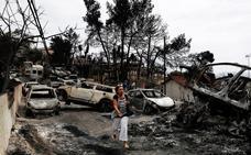 Hallan a 26 personas abrazadas y carbonizadas a escasos metros del mar en el incendio de Grecia