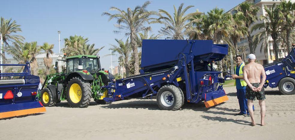 Málaga incorpora tres nuevos vehículos para retirar algas o toallitas de las playas