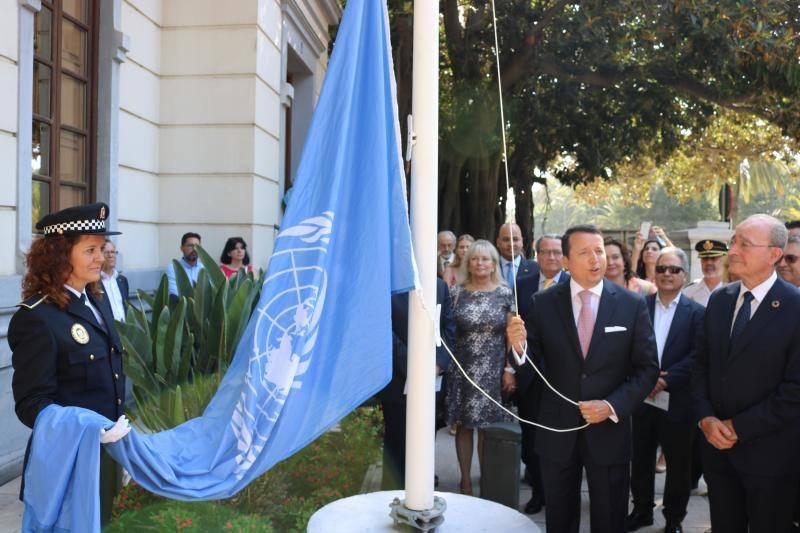 Izado de la bandera de la ONU en Málaga