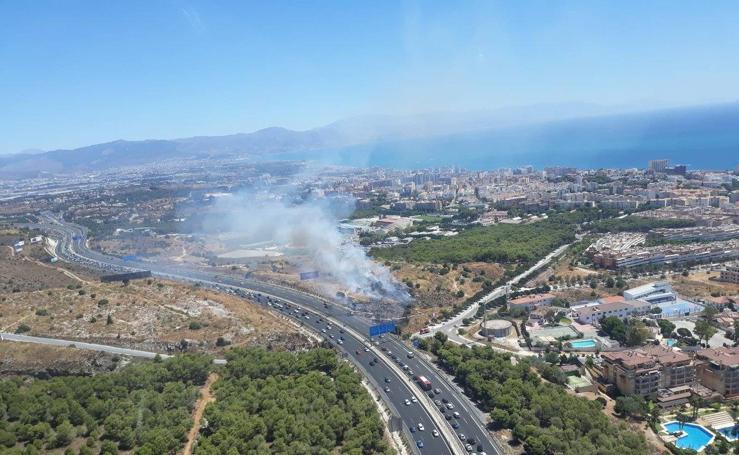 Un vehículo ardiendo en la A-7 afecta a un paraje de Torremolinos y provoca retenciones
