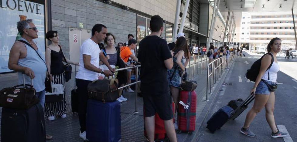 Los taxistas de Málaga deciden sumarse a la huelga indefinida de otras grandes capitales pero no la harán en el aeropuerto