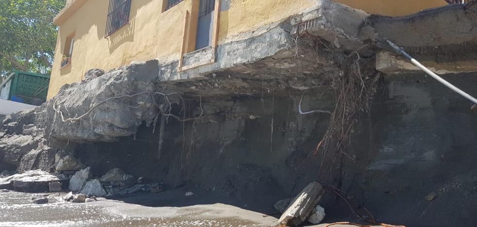 Desalojan a una familia en La Araña al comerse el oleaje los cimientos de su casa