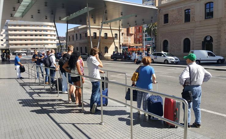 Paradas semivacías y un corte sorpresa del Paseo del Parque en el segundo día de la huelga de taxis en Málaga