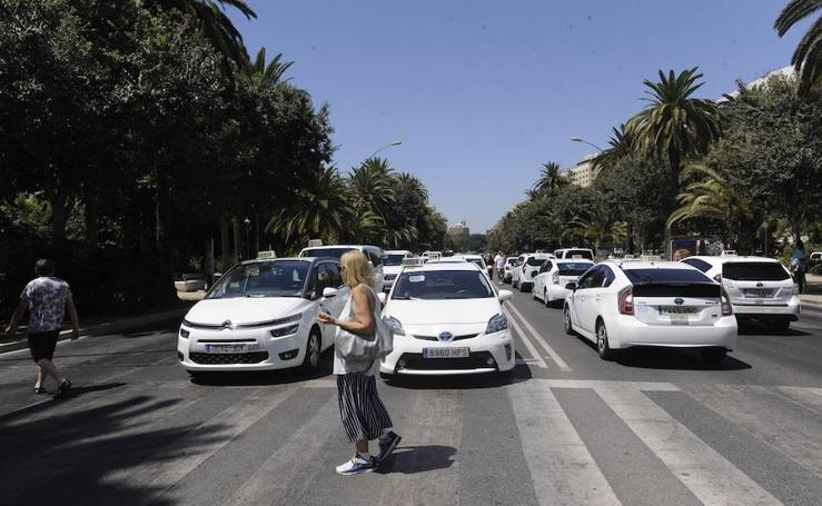 Los taxistas vuelven a cortar el Paseo del Parque de Málaga y acampan durante la noche