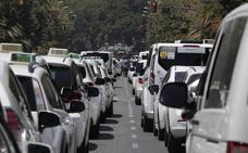 Los taxistas recrudecen sus protestas, mantienen el paro y acampan en el parque