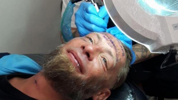 Unos británicos tatúan en la frente a un indigente a cambio de 100 euros en Benidorm