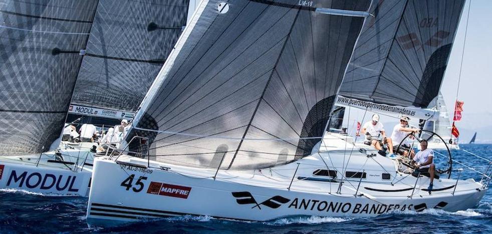 El 'Antonio Banderas Design' gana la regata costera y se sitúa líder en la Copa del Rey de Vela
