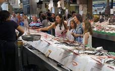 Con el brócoli por testigo: Doña Letizia y la Reina emérita de compras en el mercado