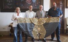 Enrique Ponce elige el gris pizarra para su sexto Capote de Paseo de Málaga