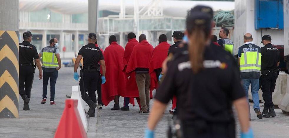 Un policía nacional se infecta de sarna al trasladar a migrantes de una patera