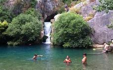El cobro de entrada no afecta a la afluencia de bañistas en la Cueva del Gato de Benaoján