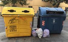 Contenedores cambiados de sitio y basura a las puertas de los edificios