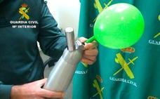 ¿Qué es el gas de la risa, la droga que se inhala en un globo en las zonas de marcha?