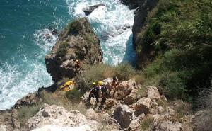 Rescatan de madrugada a un joven holandés que se había perdido en los acantilados de Maro