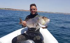 Los restos mortales del joven submarinista llegan a Vélez-Málaga y este miércoles será el funeral
