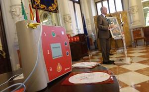 Málaga cuenta ya con 133 desfibriladores para edificios municipales, autobuses de la EMT y paseos marítimos