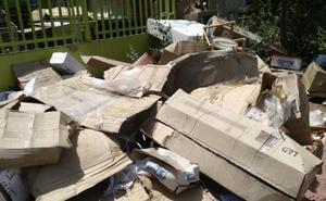Cartones, plásticos y basuras en el polígono Guadalhorce