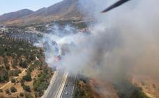 Un incendio en Torremolinos obliga a cortar la autovia y la hiperronda