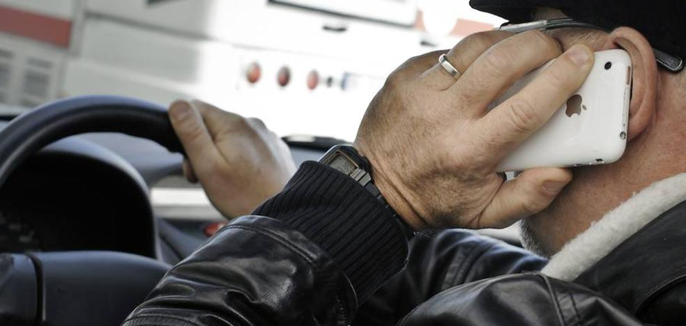 La DGT estudia que los daños de un accidente por uso del móvil los pague el conductor