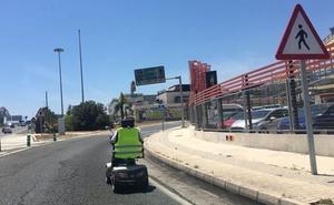 Pagará 480 euros de multa tras ser sorprendido circulando en silla de ruedas eléctrica por la carretera en Málaga