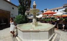 Marbella paraliza los trabajos de iluminación de una fuente histórica tras horadarse la piedra «por error»