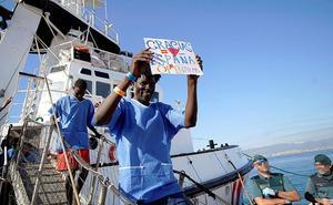 Los migrantes rescatados por el 'Open Arms' desembarcan en Algeciras
