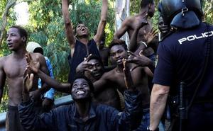El juez no admite la denuncia presentada por una abogada de Málaga contra los migrantes del violento salto a la valla de Ceuta