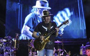 Santana transforma la ladera del Sohail en una sucursal de Woodstock