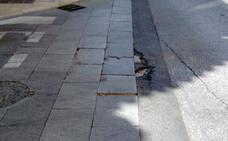 Calle Dos Aceras: pavimento en mal estado y baldosas rotas y levantadas en pleno Centro