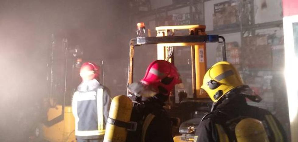 Un aparatoso incendio calcina parte de una nave en Mercamálaga