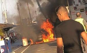 Susto en Puerto Banús al incendiarse un coche de manera fortuita