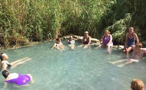 Más de 4.300 personas visitan los Baños de la Hedionda