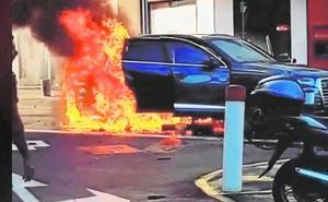 La policía busca a los ocupantes del coche que se incendió en Puerto Banús