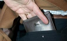 Le tiran al suelo y le roban alrededor de mil euros que llevaba en la cartera