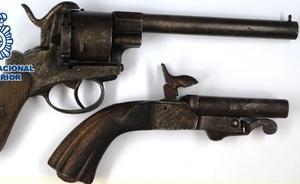 Entra en dos casas de Ronda para llevarse armas históricas de colección