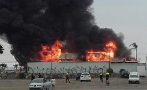 Un incendio calcina un chiringuito en Torre del Mar