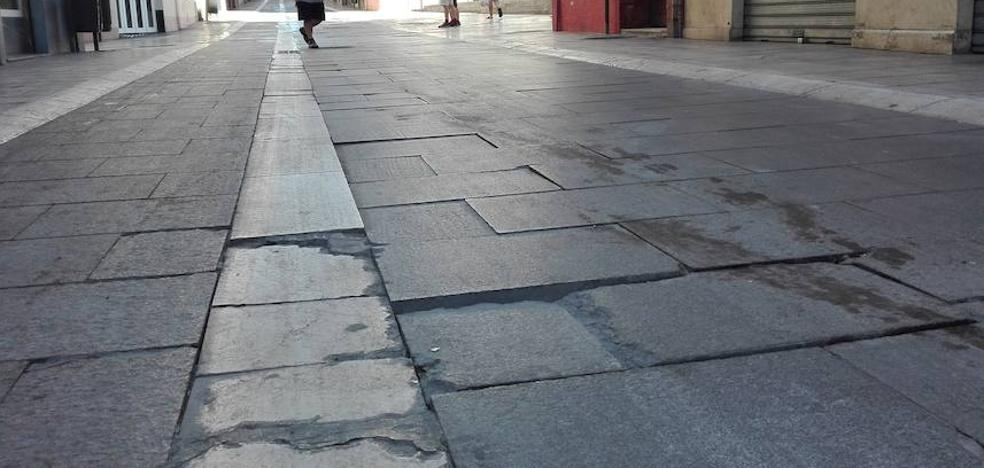 Las baldosas vuelven a hundirse en varios puntos de la calle Madre de Dios