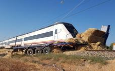 Un tren de media distancia entre Sevilla y Málaga arrolla a un camión en un paso a nivel sin barreras