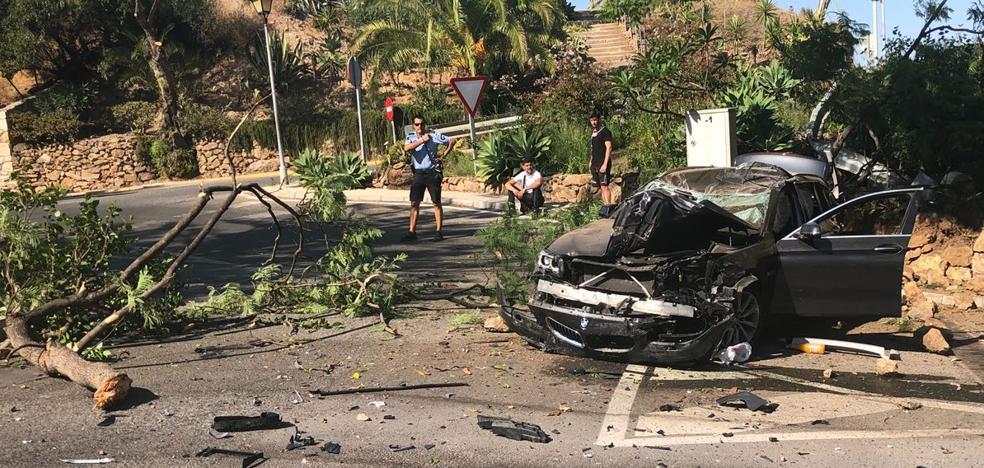 Aparatoso accidente de un coche tras salirse de la A-7 a la altura de Mijas